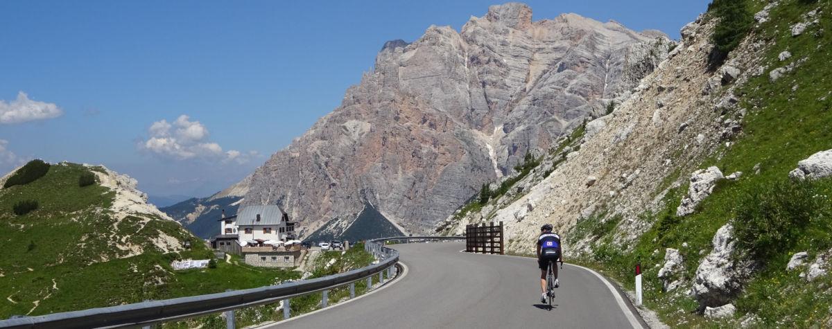 Radfahrer vor Bergkulisse in den Dolomiten