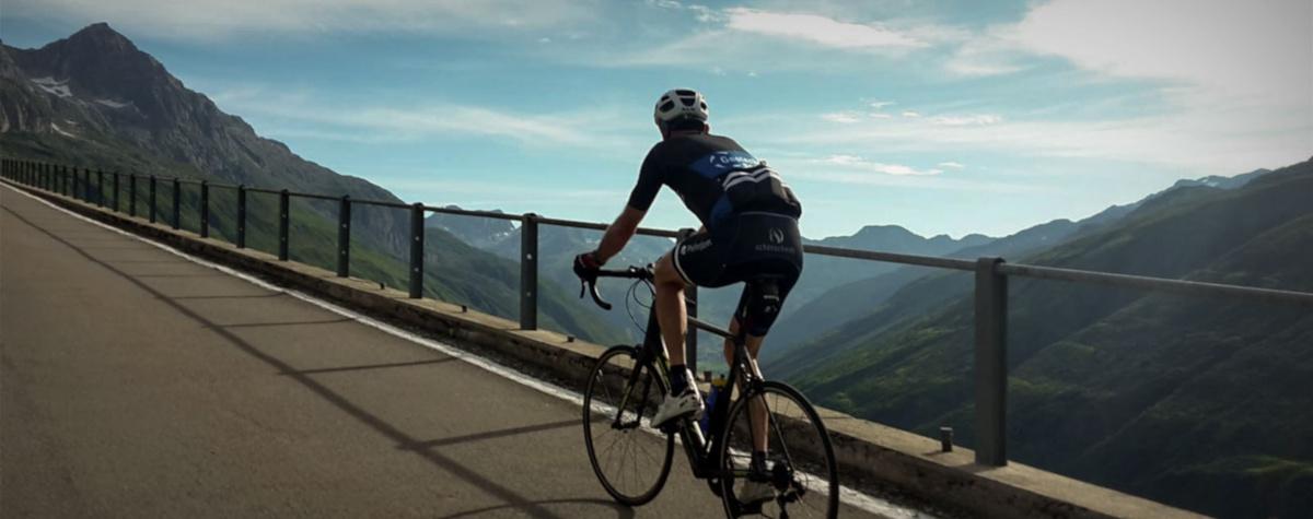 Rennradfahrer vor Bergkulisse